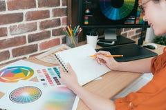 Le konstnären för yrkesmässig kvinna som använder blyertspennan Arkivfoton