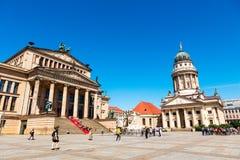 Le Konzerthous et la cathédrale française chez le Gendarmenmarkt à Berlin Photographie stock libre de droits