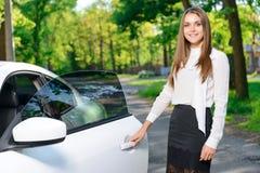 Le kvinnaöppningsdörren av bilen royaltyfri foto