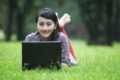 le kvinna för asiatisk bärbar dator Arkivbilder