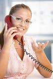 le kvinna för attraktiv kontorstelefon Arkivbilder