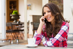 le kvinna för celltelefon arkivfoto