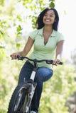le kvinna för cykel arkivfoton