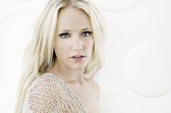 le kvinna för härlig blond stående Fotografering för Bildbyråer