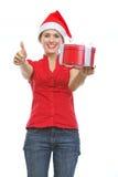 Le kvinna i den Santa hatten med den aktuella asken Arkivfoton