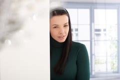 Le kvinna i grön pullover Fotografering för Bildbyråer