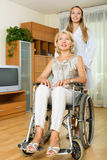 Le kvinna i rullstol Arkivbild
