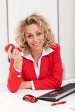 Kvinna på kontorsinnehaväpplet arkivfoton
