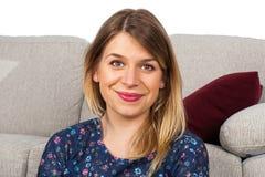 Le kvinna som hemma kopplar av Fotografering för Bildbyråer