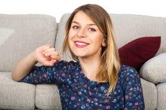 Le kvinna som hemma kopplar av Royaltyfri Foto