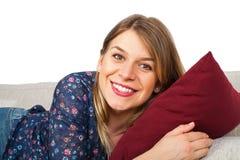 Le kvinna som hemma kopplar av Royaltyfri Bild