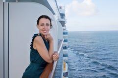 Le kvinna som löper på shipen arkivbild