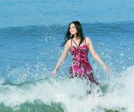 Le kvinna som plattforer i havswaves Royaltyfria Foton