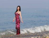 Le kvinna som plattforer i havswaves Royaltyfri Bild