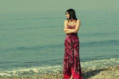 Le kvinna som plattforer i havswaves Fotografering för Bildbyråer