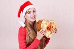 Le kvinna som slitage gåvan för Santa Claus hattholding arkivbild