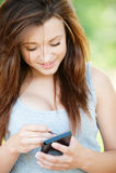 le kvinnabarn för smartphone Fotografering för Bildbyråer