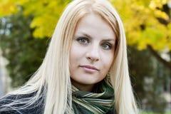 le kvinnabarn för blond stående Arkivbilder