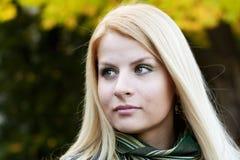 le kvinnabarn för blond stående Arkivbild