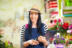 Le kvinnablomsterhandlaren Small Business Flower shoppa ägaren Arkivbild