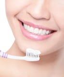 Le kvinnalokalvårdtänder med tandborsten arkivfoton