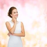 Le kvinnan i bärande diamantcirkel för vit klänning Arkivbilder