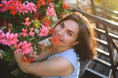 Le kvinnan i blommor Arkivfoton