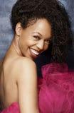 Le kvinnan i en klänning för varma rosa färger royaltyfri fotografi