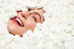 Le kvinnan i marshmallower Arkivbild