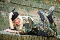 Le kvinnan i militär likformig Royaltyfri Fotografi
