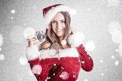Le kvinnan i Santa Claus Clothes Arkivfoto