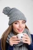 Le kvinnan i vintertorkduk som dricker kaffe Royaltyfria Bilder