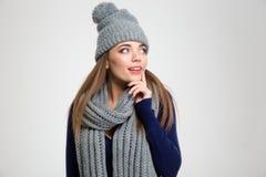 Le kvinnan i vintertorkduken som bort ser Royaltyfria Bilder