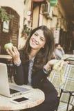 Le kvinnan med äpplet och metern i händer royaltyfria foton