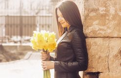 Le kvinnan med en grupp av blommor solig dag royaltyfri foto