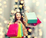 Le kvinnan med färgrika shoppingpåsar Fotografering för Bildbyråer