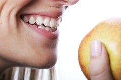 Le kvinnan med härliga tänder arkivfoton