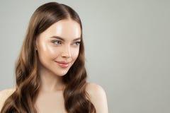 Le kvinnan med klar hud och sunt hår på grå bakgrund h?rligt t?tt med textsidan upp Skincare och ansikts- behandlingbegrepp royaltyfri foto