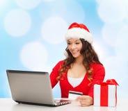 Le kvinnan med kreditkorten och bärbara datorn Arkivfoton