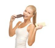 Le kvinnan med mörka och vita choklader Arkivbild