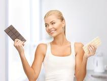 Le kvinnan med mörka och vita choklader Royaltyfria Foton