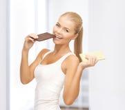 Le kvinnan med mörka och vita choklader Arkivfoto