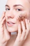 Le kvinnan med rengöringar hudkaffeskruben royaltyfria bilder