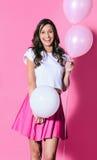 Le kvinnan med rosa färg- och vitballonger royaltyfri foto