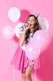 Le kvinnan med rosa färg- och vitballonger arkivbild