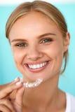 Le kvinnan med vita tänder som rymmer tänder som gör vit magasinet Arkivbilder