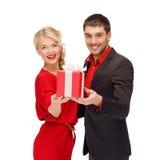 Le kvinnan och mannen med gåvaasken Royaltyfri Fotografi