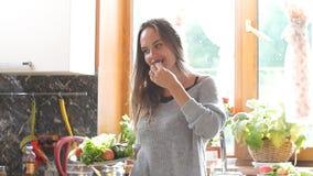 Le kvinnan på ett sammanträde och se för banta kameran En vegetarisk flicka som äter en sallad stock video