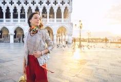 Le kvinnan p? piazza San Marco royaltyfria foton