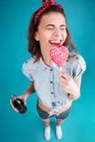 Le kvinnan som äter godisen som rymmer kolsyrat sött vatten Arkivbild